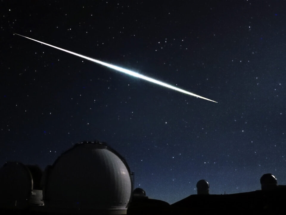 A fireball in Maunakea night sky